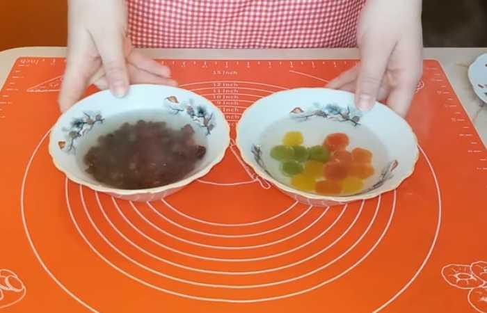 изюм и цукаты в мисках с водой