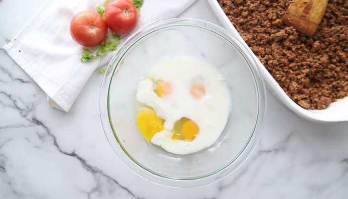 яйца с молоком в миске
