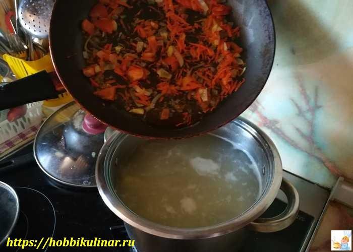 выкладываем в суп овощи