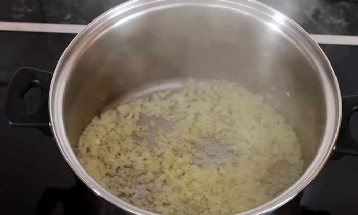 обжариваем лук в кастрюле