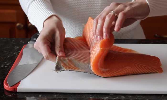снимаем кожу с филе лосося