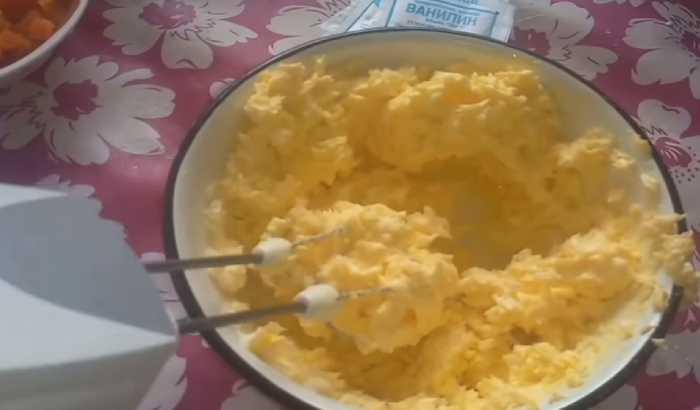 перетираем масло с яйцами