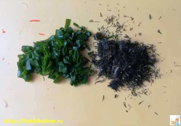нарезанный зелёный лук и укроп