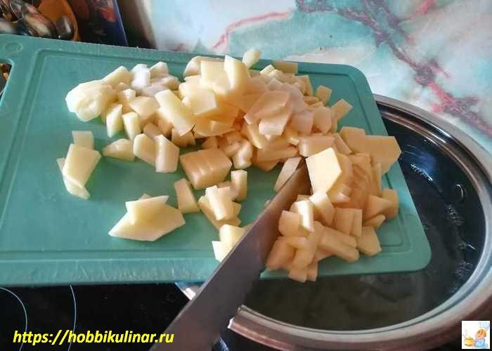 закладка картофеля в кастрюлю