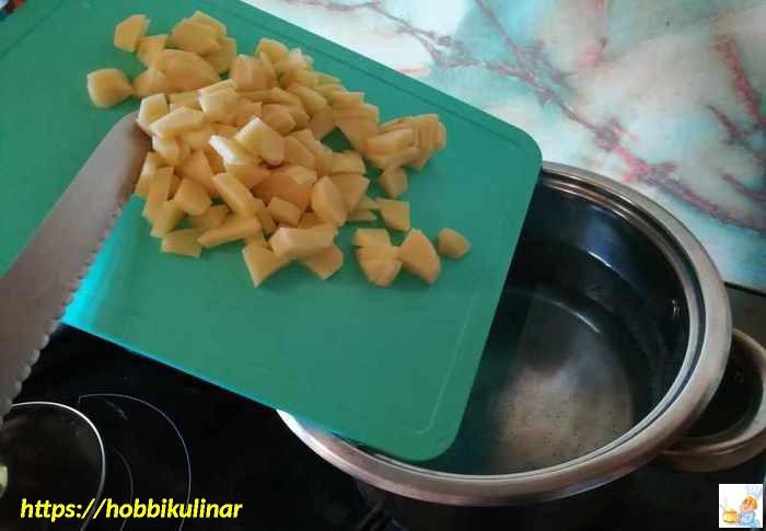 картошка в кастрюлю