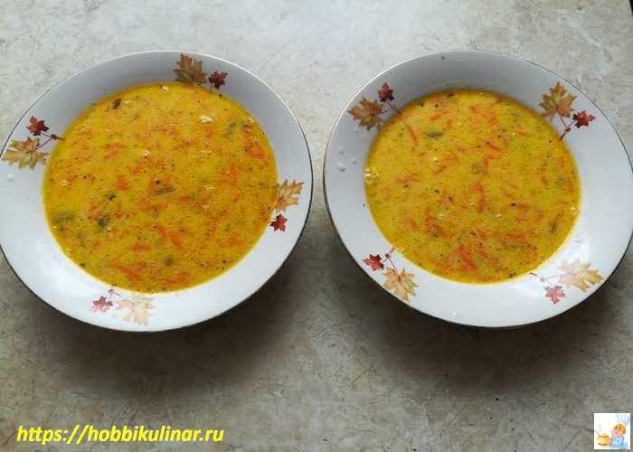 Разлитый суп в тарелках