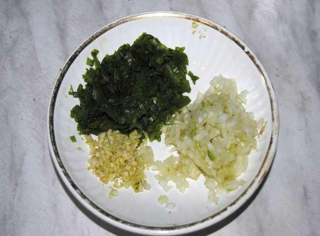 нарезанные лук и чеснок