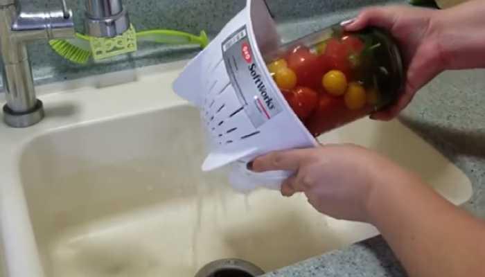 сливаем воду с банок