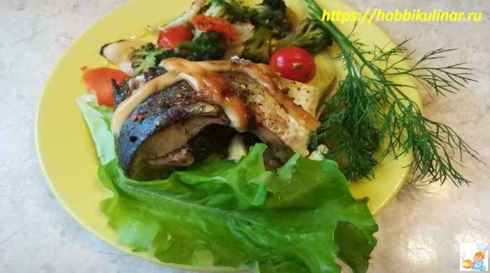 рыба в духовке на тарелке