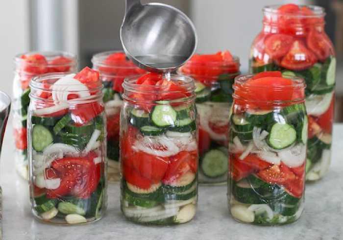 заливаем салат рассолом