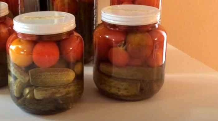 маринованные помидоры и огурцы ассорти