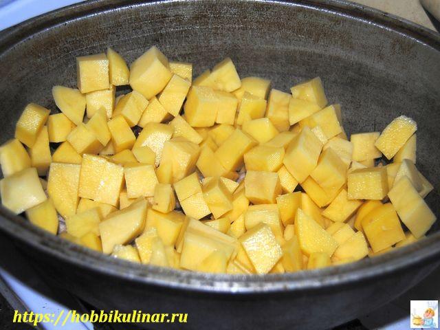 картофель в кастрюле