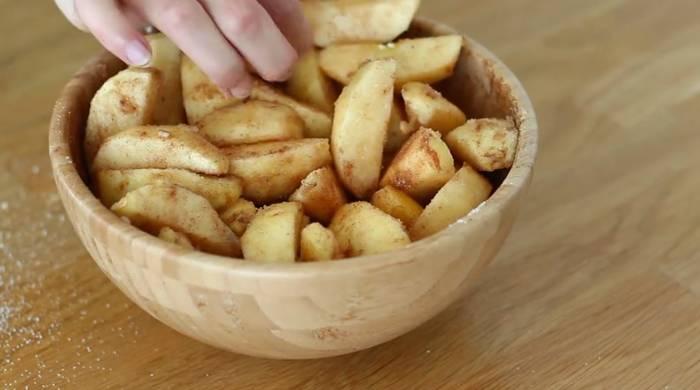 перемешиваем яблоки