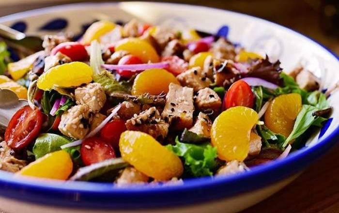 салат с курицей и кунжутом