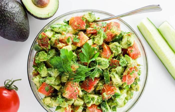 Салат с огурцами и авокадо