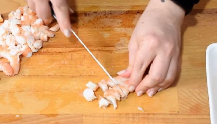 режем креветки
