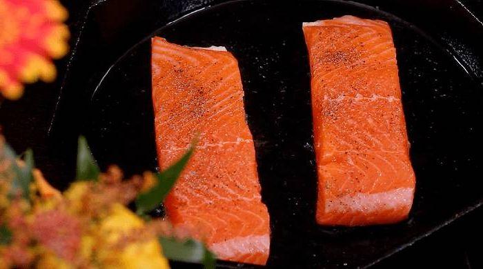 рыба в сковороде