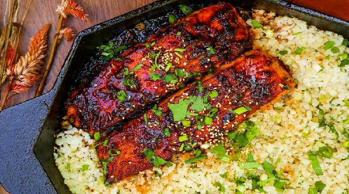 Жареный лосось на сковороде с цветной капустой