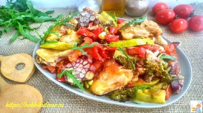 курица кусочками с овощами в духовке